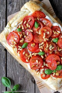 Summer recipe for a quick puff pastry tart with tomatoes, ricotta and pine nuts. Ideal for warm summer days. Summer recipe for a quick puff pastry tart with tomatoes, ricotta and pine nuts. Ideal for warm summer days. Salmon Recipes, Veggie Recipes, Lunch Recipes, Summer Recipes, Seafood Recipes, Beef Recipes, Cooking Recipes, Grilling Recipes, Healthy Snacks