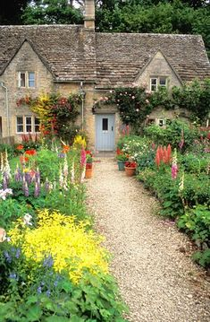 I'd love to live in a cottage in the English countryside. - I'd love to live in a cottage in the English countryside. I'd love to live in a cottage in th - Garden Cottage, Cozy Cottage, Cottage Homes, Cottage Style, French Cottage, Cottage Living, Beautiful Gardens, Beautiful Homes, Cabins And Cottages