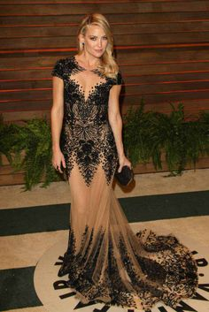 Las fiestas Post Oscar 2014  Kate Hudson acudió con capa y vestido de Versace a la alfombra roja de los Oscar . En el after party optó por zapatos de Christian Louboutin, clutch de Salvatore Ferragamo y joyas de Lorraine Schwartz