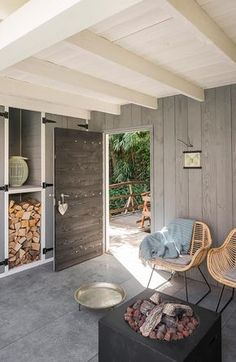 Grijs hout, wit plafond en rotan (riet)