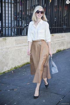 Street Style printemps-été 2015 : jupe midi en cuir, chemise blanche et escarpins noirs.