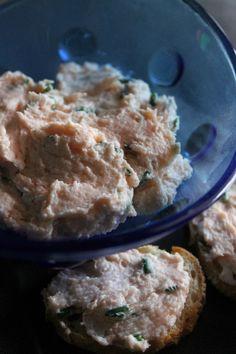 La mousse di salmone affumicato è per perfetta per preparare crostini e golosi antipasti. Ricetta velocissima che si prepara con due soli ingredienti.
