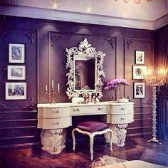Un escritorio para mi propia cuarto. Tiene mi color preferida y un espejo muy hermosa.