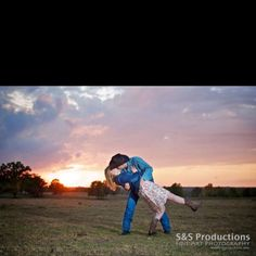 Sunset with the dip kiss! Country Couple Pictures, Country Engagement Pictures, Pictures With Horses, Country Couples, Couple Picture Poses, Cute Couple Pictures, Cute Photos, Engagement Couple, Picture Ideas