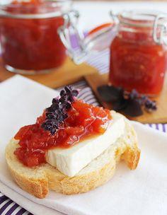 Aprenda a fazer geleia de tomate de uma maneira super fácil: perfeita para acompanhar uma torrada com queijo brie. Chutney, Sauces, What To Cook, Food Photo, Food Inspiration, Sweet Recipes, Healthy Snacks, Cheesecake, Food And Drink