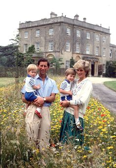 Royal family: Prince Charles holding Prince Harry and Diana, Princess of Wales, holing Prince William. Love Princess Diana Picture with her Royal Family. Princess Diana Family, Prince And Princess, Princess Of Wales, Princess Photo, Princess Beatrice, Prinz Charles, Prinz William, Princesa Diana, Prince William And Harry