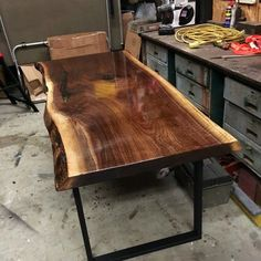Great Ideas for Wood Table Projects Finding your place in wood furniture plan is such a great feeling. Kingston Ontario, Resin Furniture, Log Furniture, Epoxy, Wood Table Design, Table Designs, Walnut Dining Table, Dinning Table, Dining Room