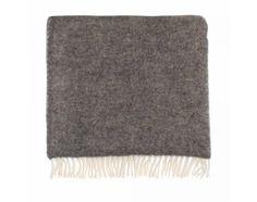 In traditioneller ökologischer Herstellung wird unsere Decke Gotland aus ungefärbter und nicht chemisch behandelter, reiner skandinavischer Schurwolle im Streifen Muster gewebt.