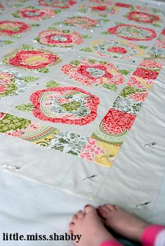 Rose Gardening French Roses Quilt - uses Secret Garden fabrics - love this! Lap Quilts, Scrappy Quilts, Quilting Projects, Sewing Projects, Quilting Ideas, Sewing Ideas, Applique Tutorial, Applique Quilts, Rose Applique