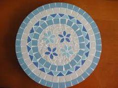 Resultado de imagem para bandeja de mosaico Mosaic Tile Table, Mosaic Coffee Table, Mosaic Pots, Mirror Mosaic, Mosaic Diy, Mosaic Crafts, Mosaic Projects, Mosaic Glass, Stained Glass Paint