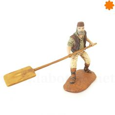 figurita de hornero en miniatura con pala de madera