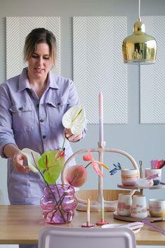 Blogger van PRCHTG houdt van kleur en bloemen. In dit interview vertelt ze er samen met Jessica meer over!   fleur prchtg - prchtg bloemen - prchtg keuken - prchtg woonkamer - prchtg slaapkamer - prchtg badkamer - prchtg hal - prchtg blog - interieur inspiratie - anthurium bloemen - bloemschikken Easter Table Decorations, Flower Decorations, Dresser La Table, Teintes Pastel, Easter Flowers, Easter Traditions, Deco Floral, Perfect Plants, Egg Cups