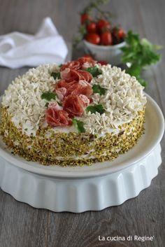 Torta tramezzino decorata una torta di effetto, bella da vedere e buona da mangiare fatta di tramezzini farciti e decorati