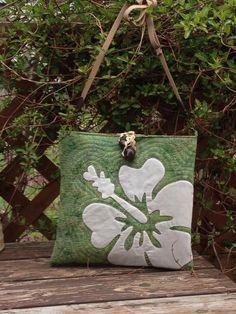 Bolso de Patchwork verde con flor blanca