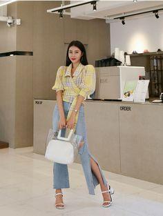 Korean Fashion – How to Dress up Korean Style – Designer Fashion Tips Korean Girl Fashion, Korean Fashion Trends, Ulzzang Fashion, Korean Street Fashion, Kpop Fashion Outfits, Korea Fashion, Korean Outfits, Mode Outfits, Asian Fashion