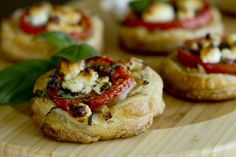 Tomato and Goat Cheese Tarts. Treat your guests with this perfect savory appetizer or side dish. They must enjoy the sweet flavor of tomatoes and the goat cheese makes the perfect compliment with the pastry. Finger Food Appetizers, Appetizers For Party, Appetizer Recipes, Party Snacks, Cheese Tarts, Goat Cheese, Cheese Bites, Gorgonzola Cheese, Cheese Snacks