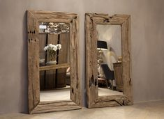 Een grote spiegel boven de waskommen. Van grof hout, hetzelfde hout als de plank onder de waskommen