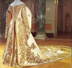 Alexandra Feodorovna (Alix de Hesse) court dress. She wore this dress in the first Duma in 1906. /Vestido de corte de Alexandra Feodorovna (Alix de Hesse). Llevó este vestido en la primera Duma en 1906.