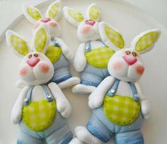 E que tal decorar a sua casa com estes coelhinhos feitos em Biscuit?  Outras sugestões de Páscoa: http://www.luisguarda.pt/espaco-criativo/pascoa-2