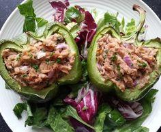 Koolhydraatarme gevulde paprika met tonijn op een bedje van gemengde sla