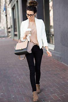 outfit, moda primavera, moda otoño, looks primavera, looks otoño, street style, street chic style, looks casuales, looks para san valentín - saco abierto blanco, blusa nude, blusa rosa claro, pantalón de mezclilla skinny negro, bolso nude y negro, botín café claro de ante