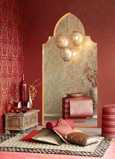 Wohnzimmer in Rot mit runden und ovalen Hängelampen im marokkanischen Stil
