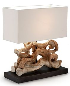 Intrigante e ricercata lampada da tavolo, dalla forma inconsueta e molto particolare. Grazie all'utilizzo di materie prime come il legno reciclato che dà un tocco etnico ed esotico.