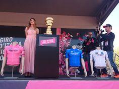 De trofee staat klaar op het podium.
