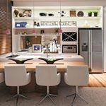 Bom dia segunda!!! Já pensou um café da manhã nesta cozinha integrada, projeto da arquiteta Sônia Nasrala para a Casa Cor RS 2014? {❤}