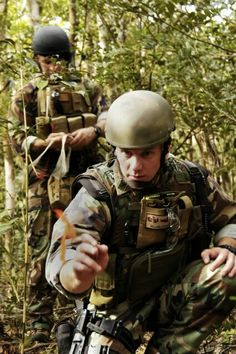 Explosive Ordnance Disposal Mobile Unit Five during jungle warfare training exercises held in Okinawa, Japan. Navy Eod, Navy Special Forces, Kitty Hawk, Training Exercises, Okinawa Japan, Guam, Aircraft Carrier, Us Navy, Warfare