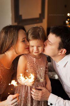 Новогодние фотосессии в студии Photography Photos, Engagement Photography, Family Photography, Baby Christmas Photos, Family Birthdays, Wedding Cake Toppers, Wedding Accessories, Wedding Engagement, Family Photos