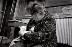 """Photo series of the bond between a grandmother and her odd-eyed white cat-The first photo of Fukumaru and Misao, taken when she found the kitten in 2003 Picture: Miyoko Ihara / Rex Features"" Crazy Cat Lady, Crazy Cats, Amor Animal, Son Chat, Photo Chat, Cat People, Jolie Photo, Cats And Kittens, Cats Bus"
