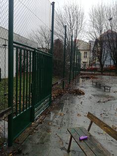 Vyriešený vchod do skôlky. Pevná brána + pletivový plot. Bratislava, Sidewalk, Gardening, Walkway, Garten, Lawn And Garden, Walkways, Horticulture