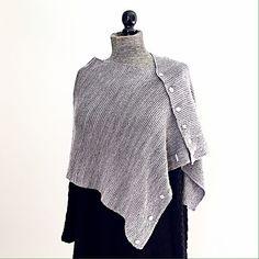 Dette sjal er spændende og anderledes, fordi knappernes placering gør, at det kan draperes på mange forskellige måder. Det kan strikkes af alle garntyper.