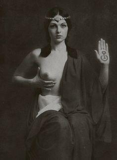 """""""Io sono una Sacerdotessa della Dea.  Porto dentro di me il Suo potere.  Posso usare la mia magia per manifestare  quello che voglio nella mia vita.  Posso chiedere aiuto al mondo dello Spirito,  ai miei antenati, alle antiche sacerdotesse  e ai miei animali di potere.  Non sono sola in questo.  In realtà, sono amata e protetta dalla Grande Dea  che può tutto, che è sempre presente e che conosce ogni cosa.  E così è.""""  """"Giovani Dee"""" - Catherine Wishart"""