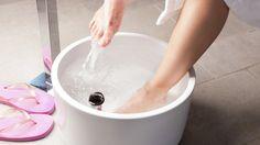 Entgiftungskuren sind derzeit in aller Munde und auch viele Stars schwören auf die gesunde Auszeit. Jetzt gibt es eine neue Detox-Methode, bei der man gar nichts tun muss, außer sich bei einem warmen Fußbad zu entspannen ...