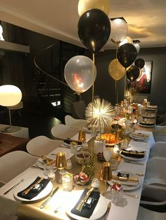 New Years Dinner Party, Nye Party, Gold Party, Dinner Party Decorations, New Years Eve Decorations, 50th Birthday Decorations, 18th Birthday Party, Birthday Dinners, Birthday Ideas