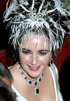 The most beautiful red carpet looks Picture Description Elizabeth Taylor wearing the emeralds from the Catherine the Great Emerald Necklace after being Bijoux D'elizabeth Taylor, Elizabeth Taylor Schmuck, Big Ben, Catherine The Great, Emerald Necklace, Emerald Rings, Ruby Earrings, Red Carpet Looks, Most Beautiful Women