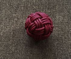 A globe knot is one that covers a spherical object. There are a huge number of possible globe knots. I'll be showing you how to tie one with 30 facets, or 30 sections of cord that show on the surface of the knot. Rope Knots, Macrame Knots, Tie The Knots, Tying Knots, Turks Knot, Celtic Knot Tutorial, Monkey Knot, Paracord Braids, Decorative Knots