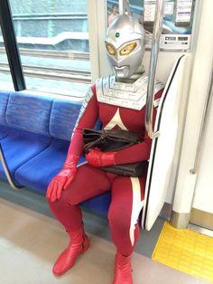 電車に乗るセブン