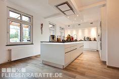 Traum Küchen Projekt by Fliesenrabatte Dortmund. Welche Fliesen passen am Besten zur neuen Traumküche? Fliesen in Holzoptik verlegt in 3 unterschiedlichen Fliesenformaten. Perfektes Küchenambiente. #Designerküche #Küche #Fliesen