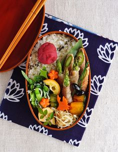 Pork and asparagus roll-ups bento/アスパラガスの豚肉巻き弁当 Japanese Lunch Box, Japanese Dishes, Japanese Food, Asparagus Rolls, Plate Lunch, Bento Box Lunch, Lunch Boxes, Sandwiches For Lunch, Sushi Recipes