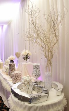 Un candy bar version silver candy #wedding #candybar http://www.mariageenvogue.fr/s/31703_191187_-50-bonbons-just-married-gris