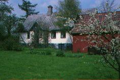 """Vi hyr ut ett hus i byn Ovesholm, strax utanför Kristianstad. Huset är ett gammalt """"gathus"""" från tidigt 1800-tal och har en boyta på ca 80 kvm fördelat på ett vardagsrum med braskamin, två sovrum, kök samt toalett med dusch och tvättmaskin. Tomten är på ca 1000 kvm är lummig med buskar och träd. Huset hyrs ut veckovis och är fullt utrustat. Huset är vinterbonat."""