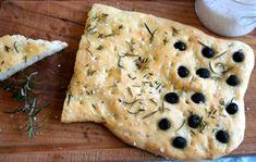 Dieses Focacia ist schnell gemacht. Man kann es variieren mit Oliven, nur mit Kräutern oder auch getrockneten Tomaten. Lecker!