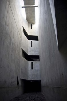 NON BALANCE - AD Classics: Jewish Museum, Berlin / Daniel Libeskind // This room was constructed to give the tourist an off balance feeling, one that equated to what the Jews must have felt in the concentration camps. Concrete Architecture, Chinese Architecture, Architecture Office, Futuristic Architecture, Contemporary Architecture, Architecture Design, Office Buildings, Daniel Libeskind, Jewish Museum Berlin