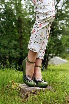 WinnipegStyle summer 2016, Reitmans floral cropped pants, Chie Mihara Geraldine eyelash eye green heels