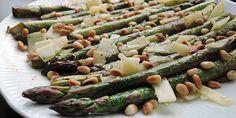 Fantastisk nem opskrift på pandestegte asparges med frisk parmesanost og sprøde pinjekerner. Aspargesene kan serveres til alle typer kød og fisk og er lækkert tilbehør.