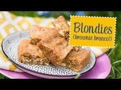 Blondies (brownie branco) - 100 g (1 xícara) de nozes 180 g (1 e ½ xícara) de farinha de trigo 1 colher (chá) de fermento em pó ½ colher (chá) de sal 150 g (3/4 de xícara) de manteiga sem sal derretida 240 g (1 e ½ xícaras) de açúcar demerara 2 ovos 1 colher (sopa) de extrato de baunilha 150 g de chocolate branco picado grosseiramente ou em gotas