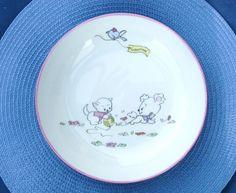 Assiette creuse personnalisée peint à la main, personnage chat et chien naïf . Personnalisable sur demande à la commande. (gratuit) Toute ma porcelaine est garantie lave-vai - 18732964